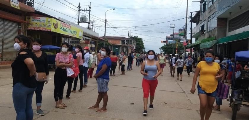 Menschen_warten_in_den_Straßen_von_Yarinacocha__Peru__auf_Unterstützung__Quelle_Tereza_Soria_Gonzales